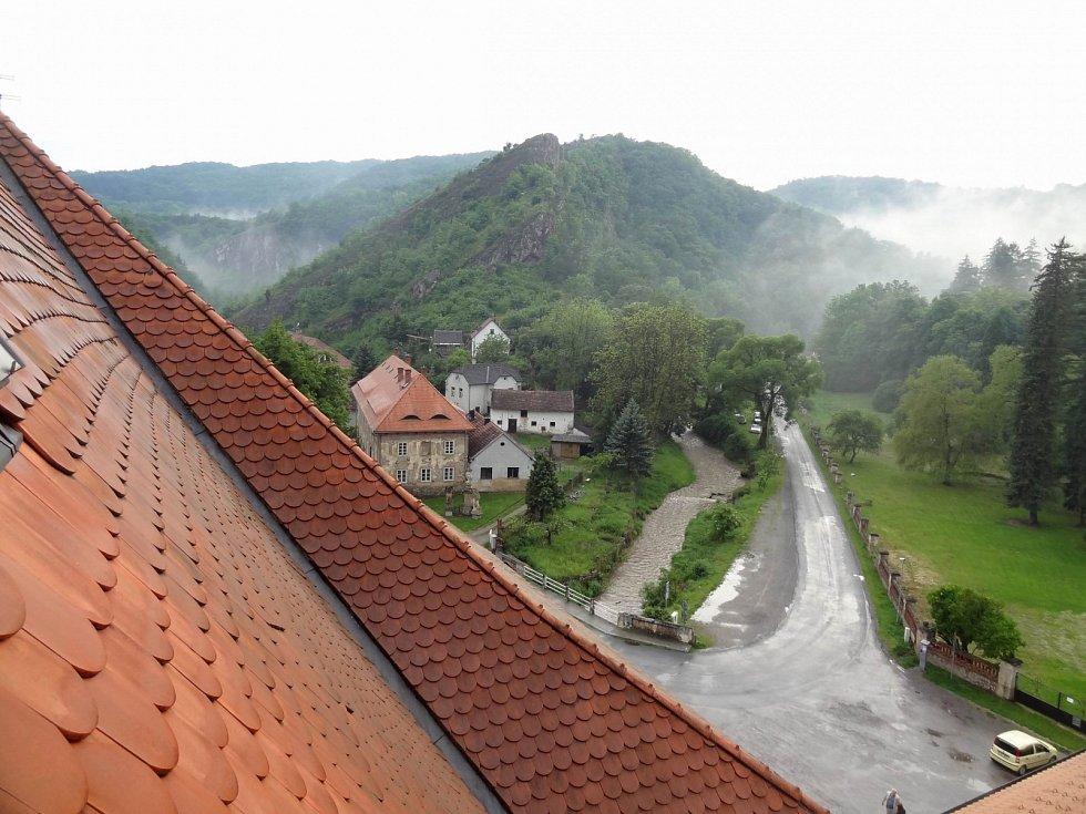 Obec Svatý Jan pod Skalou, kde se nachází poutní kostel Narození sv. Jana Křtitele. Zde je hrob chorvatského poustevníka Ivana.