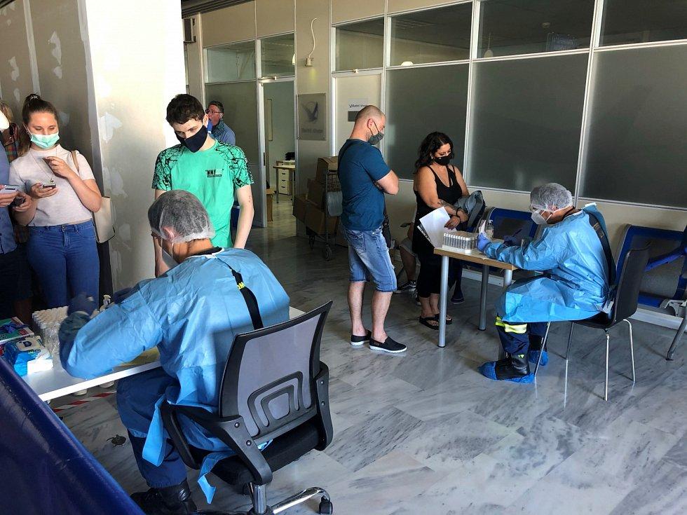 Na letišti v Řecku může dojít k tomu, že budete vybráni pro testování na covid-19. Výběr probíhá náhodně.
