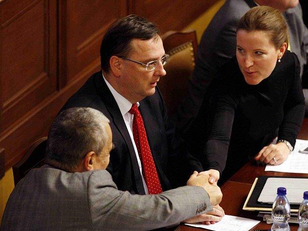Karel Schwarzenberg, Petr Nečas a Karolína Peake při jednání Sněmovny