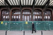 SECESNÍ FANTOVA BUDOVA se nejen cestujícím uzavřela už vloni v srpnu. Tehdy ještě nebylo jasno, kdy a jak se začne s její rekonstrukcí. Nyní nájemce budov hlavního nádraží říká, že by mohlo být hotovo už příští rok na jaře.