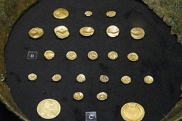 Několik zbývajících původních zlatých keltských duhovek spolu s mincemi, jež z nich byly vyraženy, na výstavě v Národním muzeu