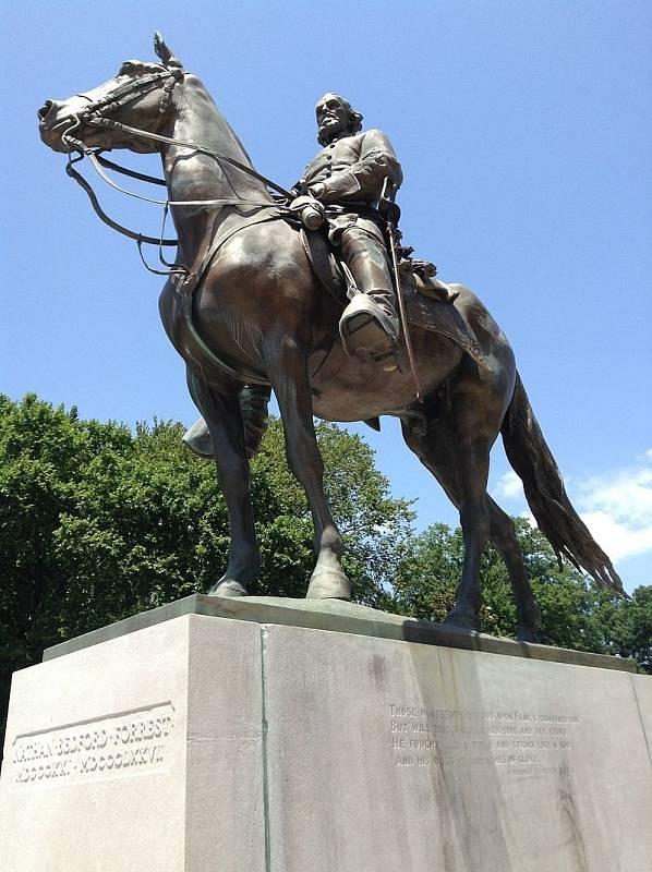 Jezdecká socha Nathana Bedforda Forresta ve veřejném parku v Memphisu dominovala generálovu hrobu. Monument byl odstraněn v roce 2017, ostatky vyzvednuty a převezeny na soukromý pozemek letos v červnu.