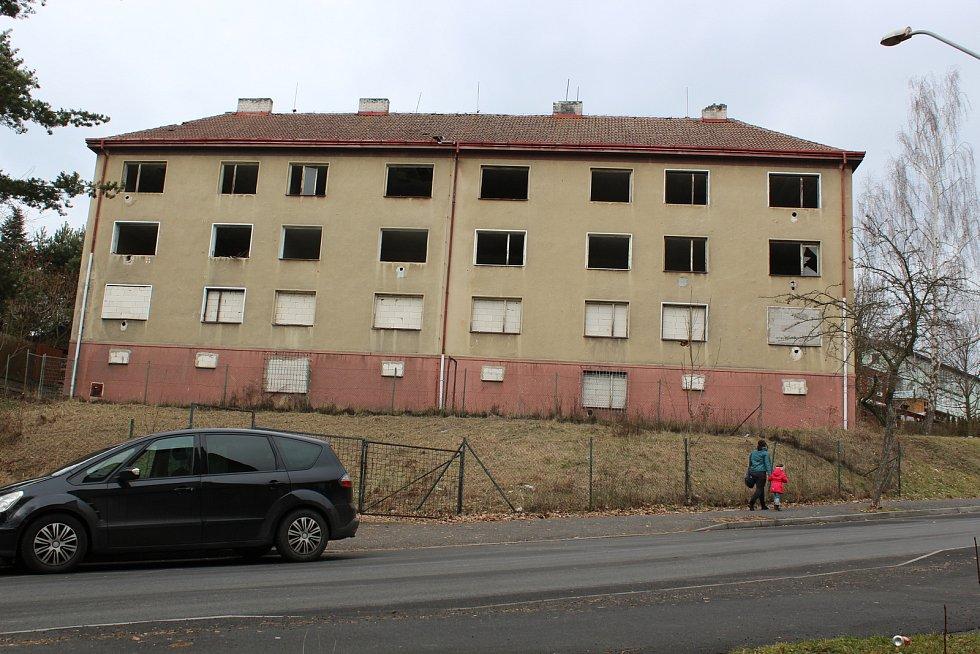 Ostuda města, nový Chanov a mnoho jiných poznámek bylo slyšet mezi lidmi na adresu vybydlených domů u kina Alfa v Sokolově