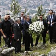 Současný předseda kolektivní hlavy bosenského státu Bakir Izetbegović dnes jako vůbec první bosňácký politik uctil památku srbských obětí zavražděných během války v Sarajevu.