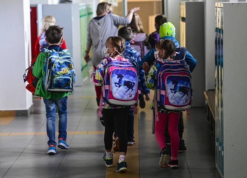Žáci na chodbě základní školy. Ilustrační snímek