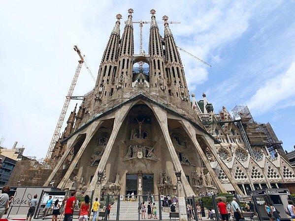 Chrám Sagrada Familia – stavba složená mj. zosmnácti věží a mísící hned několik slohů. Ilustrační foto