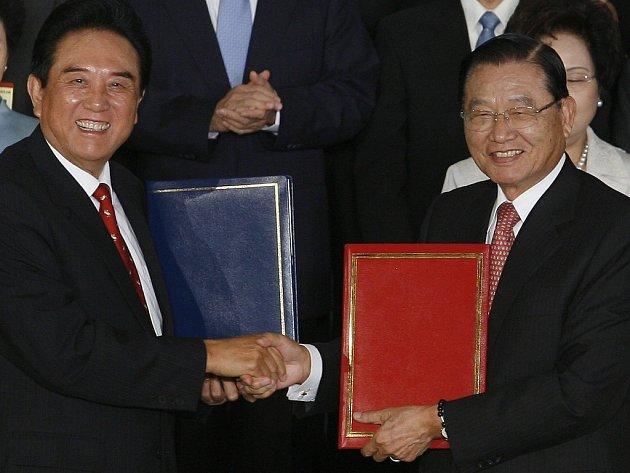 Čínský vyjednávač Čen Jun-lin (vlevo) a jeho tchajwanský partner P.K. Čchiang