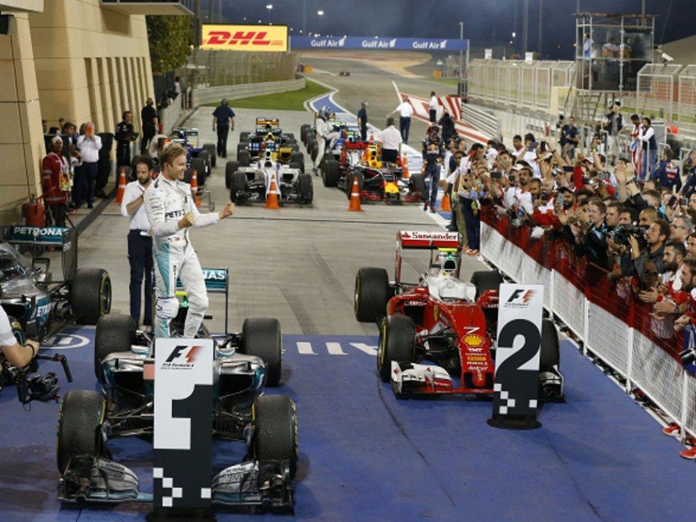 Nico Rosberg se raduje z triumfu ve Velké ceně Bahrajnu.