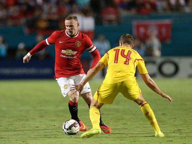 Wayne Rooney z Manchesteru United (vlevo) a Jordan Henderson z Liverpoolu.