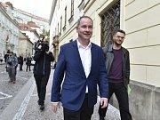 Petr Gazdík přichází na schůzku s Andrejem Babišem.