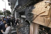 Při výbuchu zápalné bomby zemřelo v Káhiře nejméně 16 lidí.