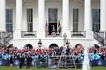 Prezident Donald Trump v sobotu krátce vystoupil před stovkami svých příznivců na balkóně Bílého domu