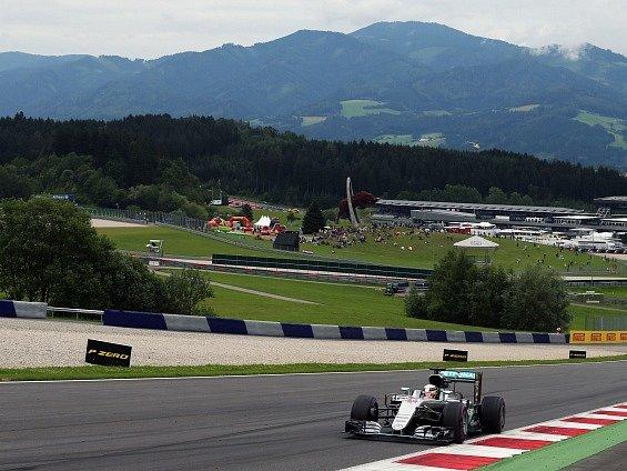 Lewis Hamilton v čele Velké ceny Rakouska.
