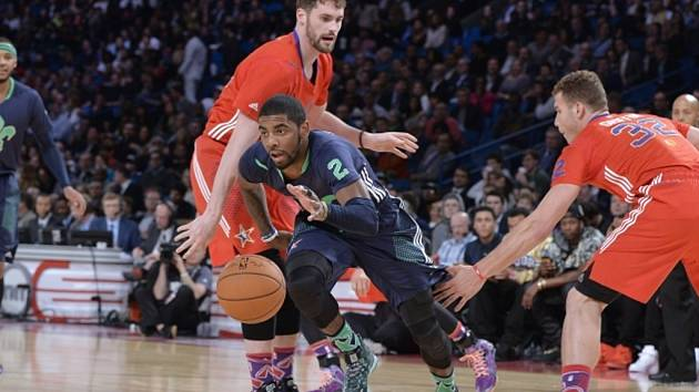 Kyrie Irving z Východu se snaží prosadit v Utkání hvězd NBA.