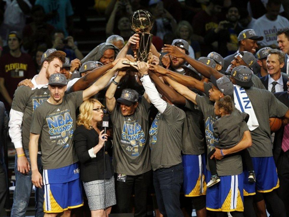 Basketbalisté Golden State slaví mistrovský titul v NBA.