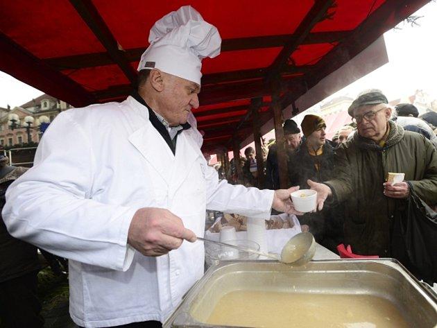 Pražský primátor Bohuslav Svoboda (ODS) rozléval 24. prosince na Staroměstském náměstí v Praze polévku.