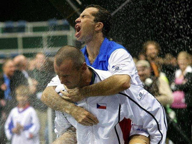 Martin Damm nese na ramenou Radka Štěpánka.