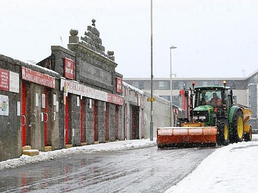 Severní Británii a především Skotsko zasáhla v pátek sněhová kalamita, která byla nejčasnější za posledních 17 let.