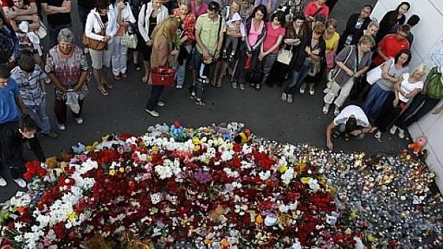 Do přístavu lidé nosí květiny a svíčky na památku zesnulých z výletní lodi Bulgaria