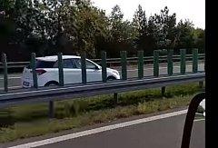 Řidič v bílém voze jel po dálnici D6 v protisměru.