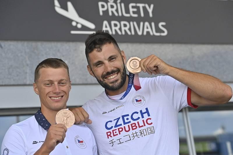 Deblkajakáři Josef Dostál (vpravo) a Radek Šlouf pózují fotografům s bronzovými medailemi.