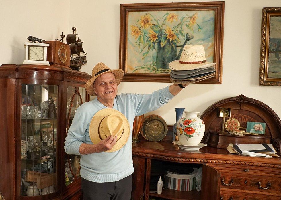 K vizáži Jan Přeučila neodmyslitelně patří slušivý klobouk.
