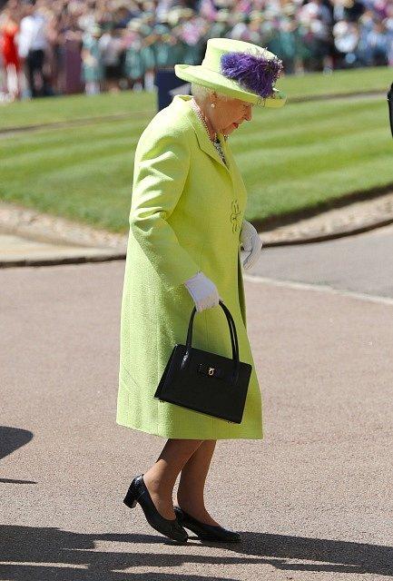 Britská královna přichází na svatbu svého vnuka
