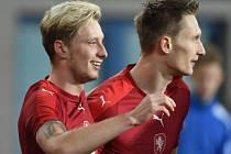 Ladislav Krejčí (vlevo) a Milan Škoda se radují z vítězství nad Srbskem.