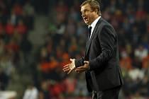 Trenér Pavel Vrba diriguje své svěřence proti Nizozemsku.