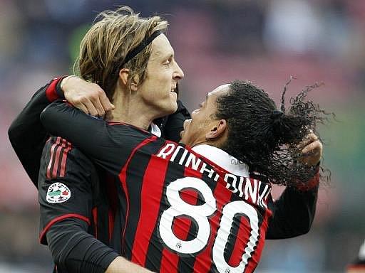 Ronaldinho z AC Milán (vpravo) gratuluje spoluhráči Massimo Ambrosinimu ke gólu.