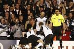 Fotbalisté Fulhamu se radují z vítězství nad Hamburkem.