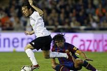 Útočník Valencie David Silva (vlevo) si v duelu s Barcelonou narazil žebra.
