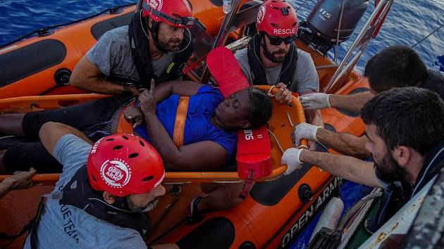 Basketbalový hráč Marc Gasol pomáhá vyzvednout z moře trosečníky z Kamerunu.