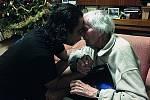 Ke 101. narozeninám přijeli Zikmundovi gratulovat členové souboru Whakaari Rotorua z Nového Zélandu.