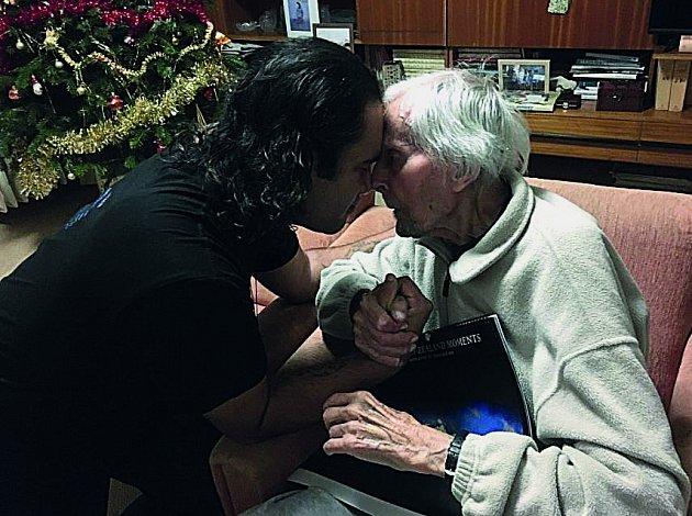Ke 101.narozeninám přijeli Zikmundovi gratulovat členové souboru Whakaari Rotorua zNového Zélandu.
