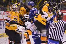 V bitvě hokejistů Brna (v modrém) a Litvínova nebyla nouze o vyhrocené situace.