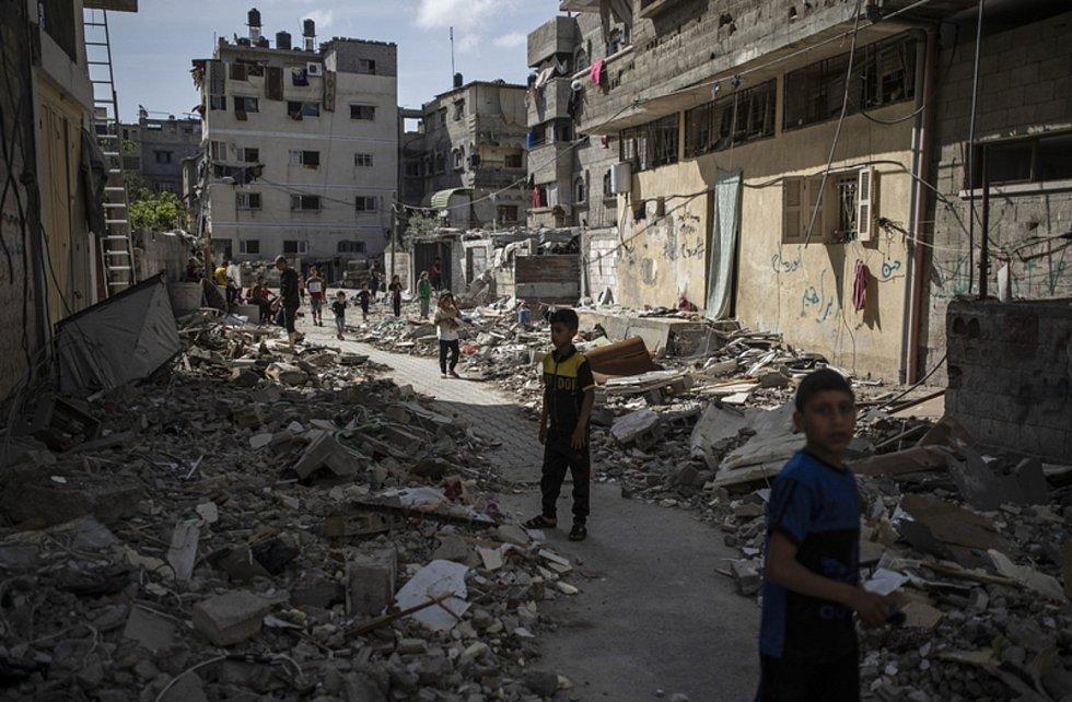 Trosky z domů v Gaze poničených při izraelských leteckých útocích 17. května 2021