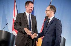 Britský ministr zahraničí Jeremy Hunt (vlevo) a německý ministr zahraničí Heiko Maas
