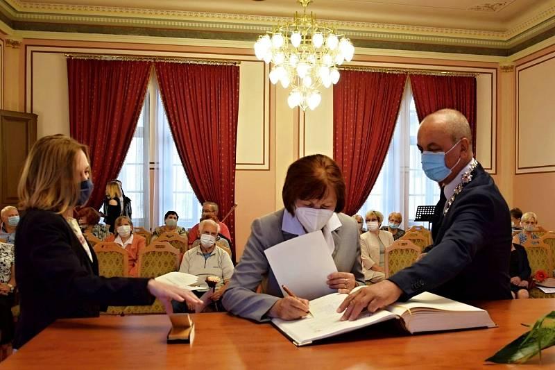Slavnostní vyřazení frenštátských absolventů Virtuální univerzity třetího věku, což je obdobou promoce, se loni uskutečnilo v obřadní síni frenštátské radnice
