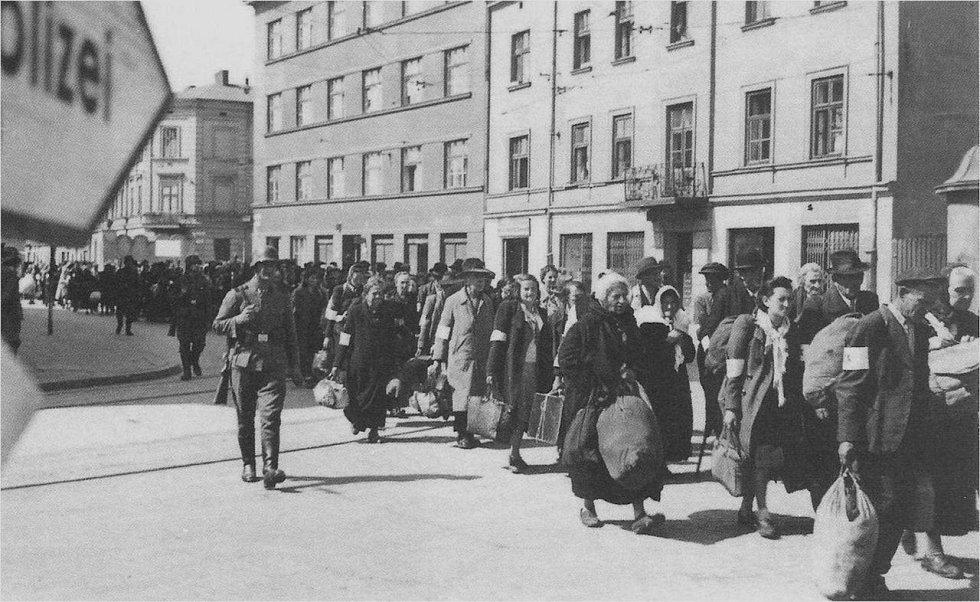 Likvidace krakovského ghetta. Židovští obyvatelé odcházejí pod dohledem stráží SS se skromnými balíky osobních věcí vstříc nejistému osudu, často i smrti