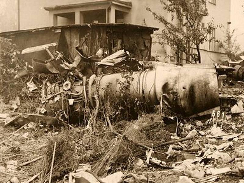 Suchdol, 30. října 1975. Při nárazu letoun zničil i několik chatiček