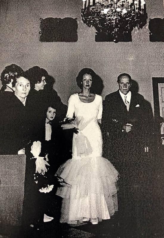 Jako malé děvče na druhé svatbě své maminky, na fotce ze 70. let jsou i Kateřininy prarodiče. Babička vlevo, dědeček vede nevěstu.