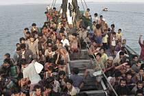 Malajsie dnes oznámila, že zahájí pátrací a záchrannou operaci s cílem najít lodě s tisícovkami uprchlíků v Andamanském moři. Je to první země, které se rozhodla běžence z Barmy a Bangladéše potřebující naléhavě pomoc aktivně hledat.