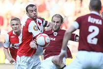 Roman Hubník ze Sparty (uprostřed) se snaží odehrát míč před Erichem Brabcem ze Slavie.