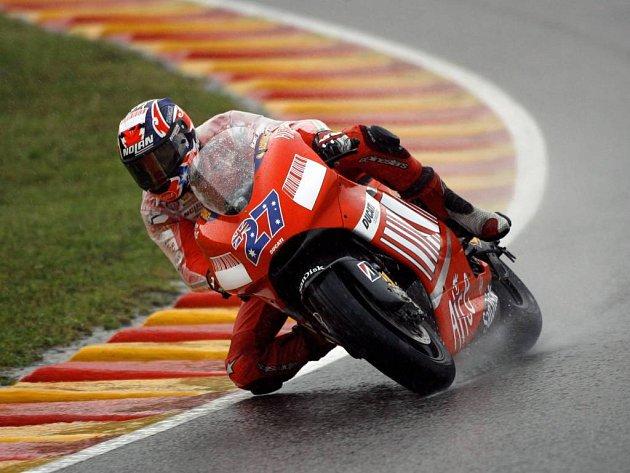 Mokrou kvalifikaci třídy MotoGP ovládl tovární jezdec Ducati Casey Stoner.
