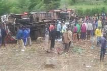 Při nehodě autobusu v Keni zemřelo nejméně 50 lidí