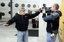 Královéhradecká vědecká a studijní knihovna se v pátek stala kulisou pro natáčení reklamy, ve které účinkuje americká herečka Catherine Zeta-Jones. Její ochranka napadla kameramana televize Nova.