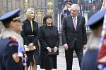 Miloš Zeman přichází s dcerou a manželkou na Pražský hrad