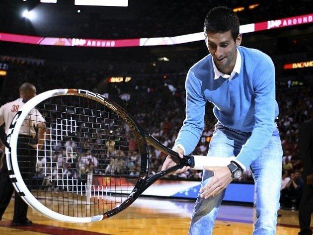 Novak Djokovič se na utkání NBA v Miami dobře bavil.