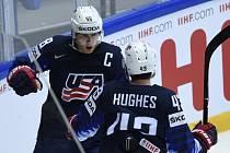 Hokejisté USA se radují z gólu.
